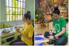 Cách 'điệu đà' rất riêng của Angela Phương Trinh dù mặc áo tu viện đi làm từ thiện