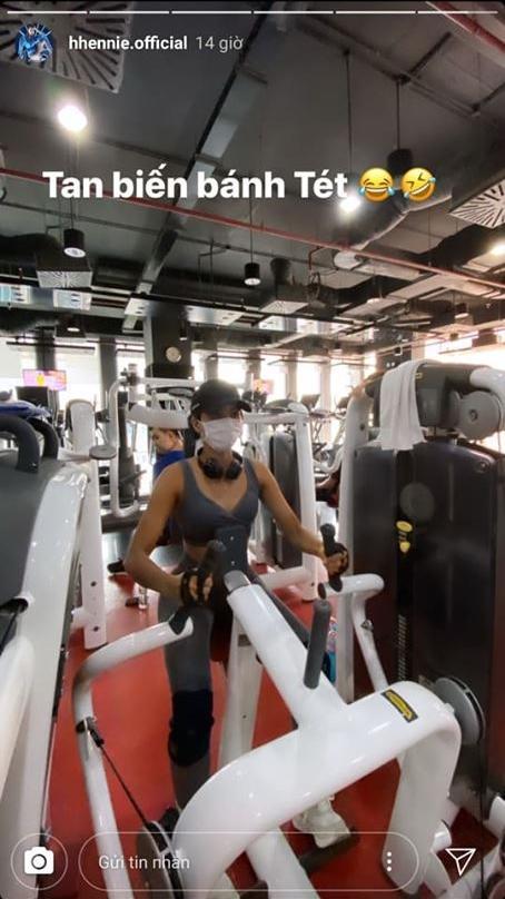 Vừa đeo khẩu trang vừa tập gym, HHen Niê khiến fan cười bò vì cách lấy động lực giảm cân mùa dịch-3