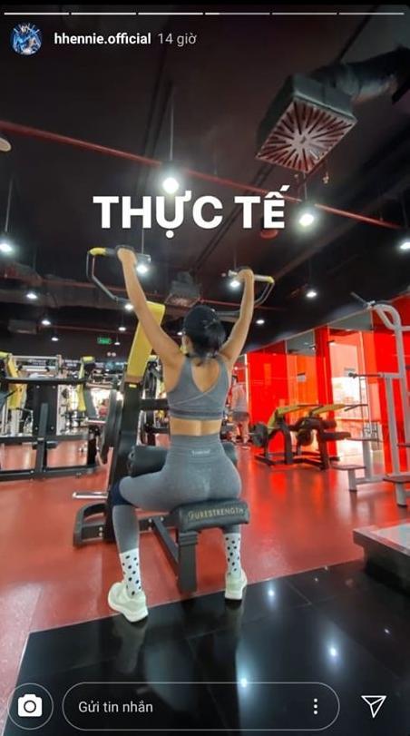 Vừa đeo khẩu trang vừa tập gym, HHen Niê khiến fan cười bò vì cách lấy động lực giảm cân mùa dịch-5