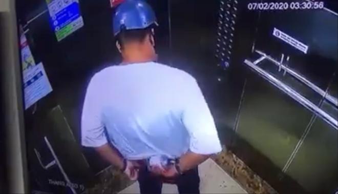 Clip: Người đàn ông chôm chai nước rửa tay phòng virus corona trong thang máy chung cư ở Sài Gòn-2