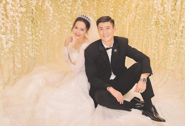 Bóc giá trang phục cưới toàn đồ hiệu của Duy Mạnh - Quỳnh Anh-1