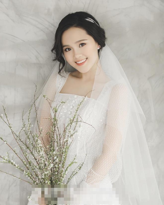 Bóc giá trang phục cưới toàn đồ hiệu của Duy Mạnh - Quỳnh Anh-4