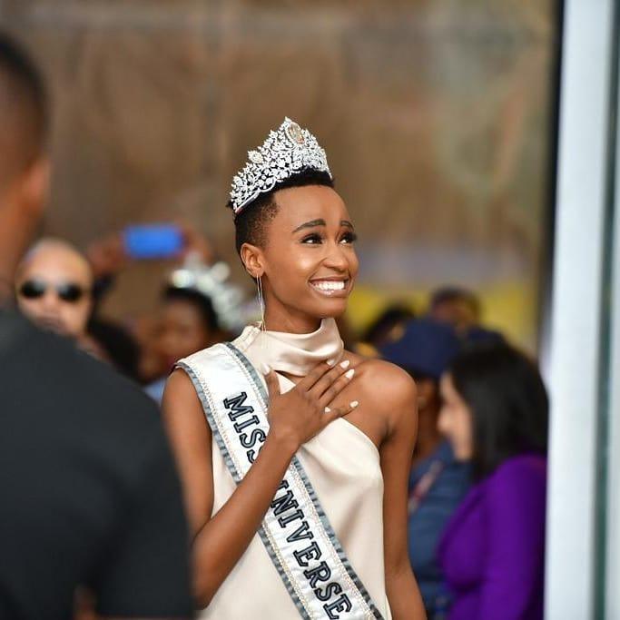 Sân bay Nam Phi như vỡ trận khi Hoa hậu Hoàn vũ da màu trở về-2