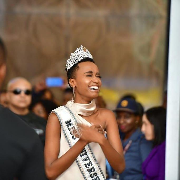 Sân bay Nam Phi như vỡ trận khi Hoa hậu Hoàn vũ da màu trở về-3