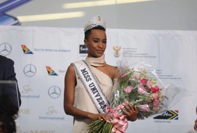 Sân bay Nam Phi như vỡ trận khi Hoa hậu Hoàn vũ da màu trở về-12