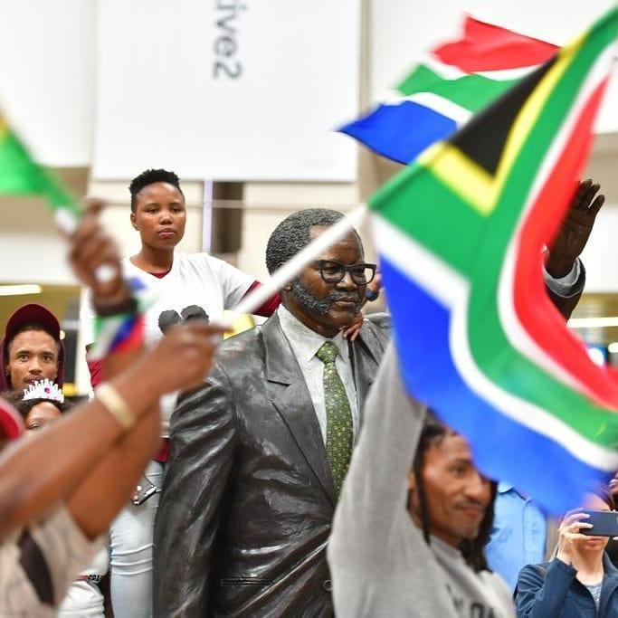 Sân bay Nam Phi như vỡ trận khi Hoa hậu Hoàn vũ da màu trở về-7