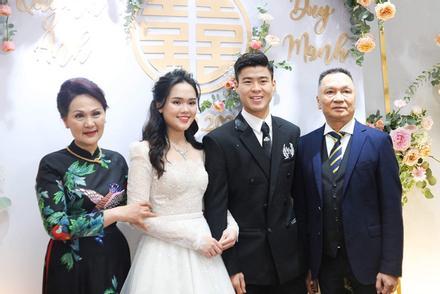 Chân dung mẹ vợ Duy Mạnh trong ngày cưới con: giản dị nhưng quý phái, tặng con gái vòng cổ gần 1 tỷ