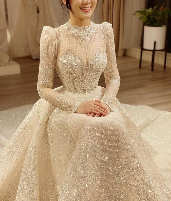 Quỳnh Anh đeo vòng cổ 285 viên kim cương, diện váy cưới như công chúa-4