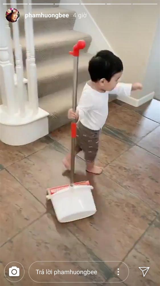 Mới hơn 1 tuổi, quý tử nhà Phạm Hương đã dọn nhà tháo vát khiến các mẹ bỉm sữa trầm trồ-4