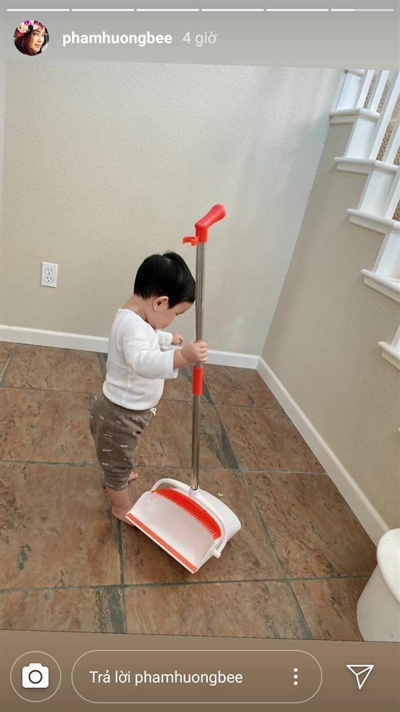 Mới hơn 1 tuổi, quý tử nhà Phạm Hương đã dọn nhà tháo vát khiến các mẹ bỉm sữa trầm trồ-6