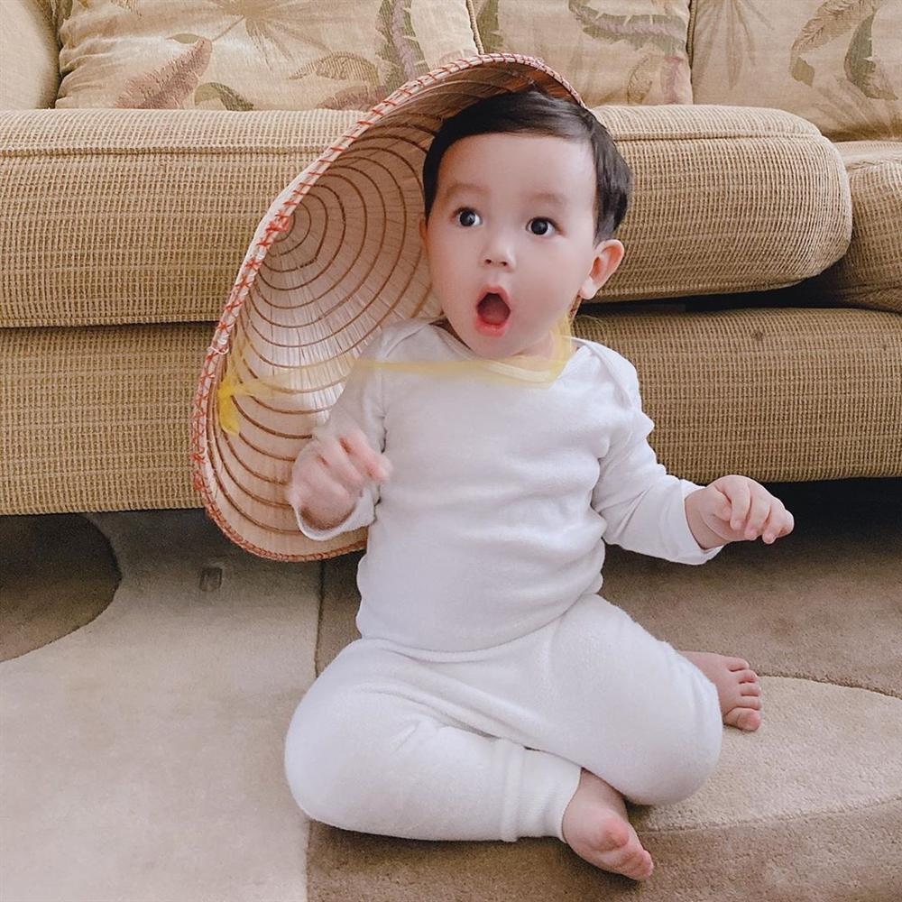 Mới hơn 1 tuổi, quý tử nhà Phạm Hương đã dọn nhà tháo vát khiến các mẹ bỉm sữa trầm trồ-10