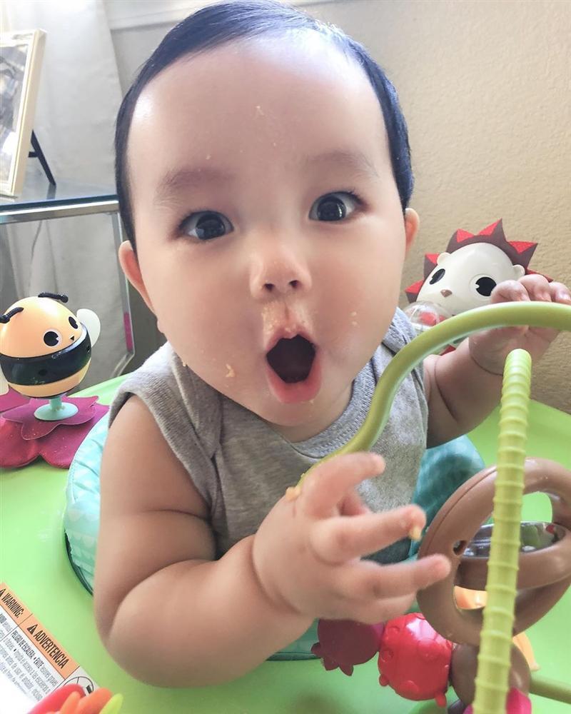 Mới hơn 1 tuổi, quý tử nhà Phạm Hương đã dọn nhà tháo vát khiến các mẹ bỉm sữa trầm trồ-11