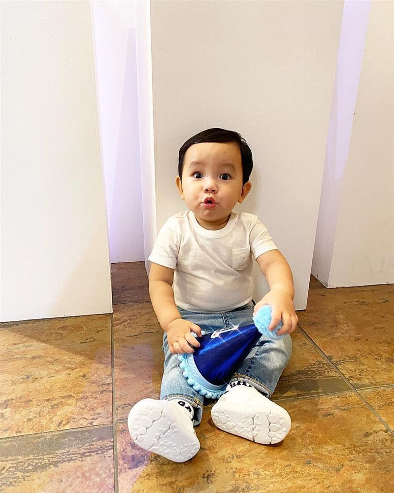 Mới hơn 1 tuổi, quý tử nhà Phạm Hương đã dọn nhà tháo vát khiến các mẹ bỉm sữa trầm trồ-12