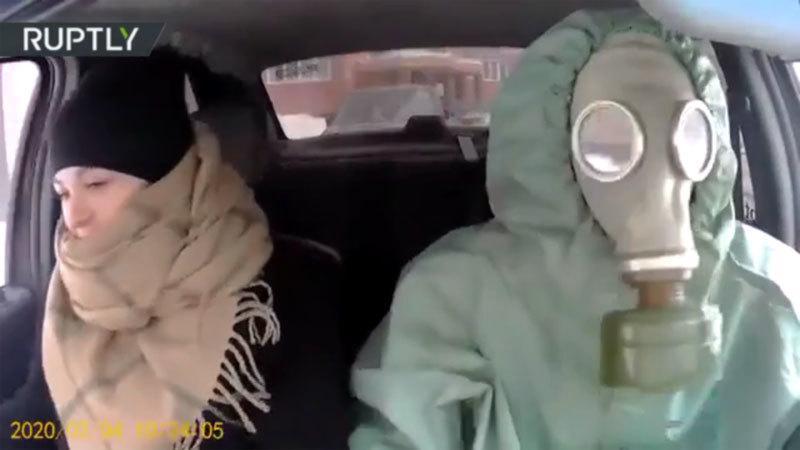 Clip: Tài xế taxi biến thành 'người ngoài hành tinh' trong bộ đồ chống dịch virus corona cực độc