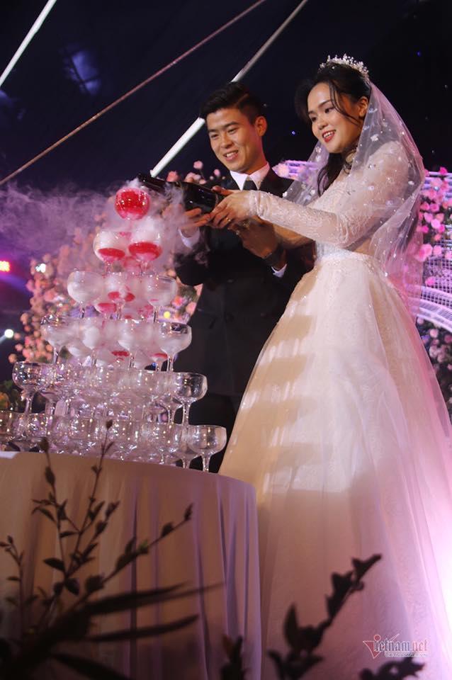 Toàn cảnh tiệc cưới siêu to khổng lồ đẹp như MV nhạc của Duy Mạnh - Quỳnh Anh-1