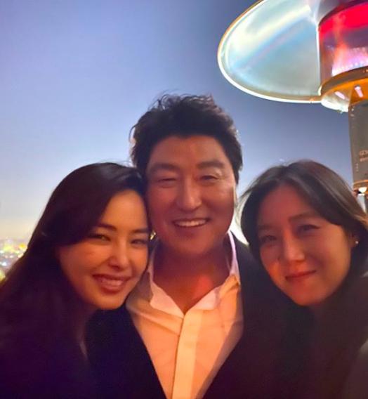 Hoa hậu Hàn bị chỉ trích hám fame khi đăng ảnh chúc mừng đoàn phim Ký Sinh Trùng tại Oscar-2
