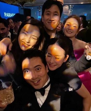 Hoa hậu Hàn bị chỉ trích hám fame khi đăng ảnh chúc mừng đoàn phim Ký Sinh Trùng tại Oscar-6