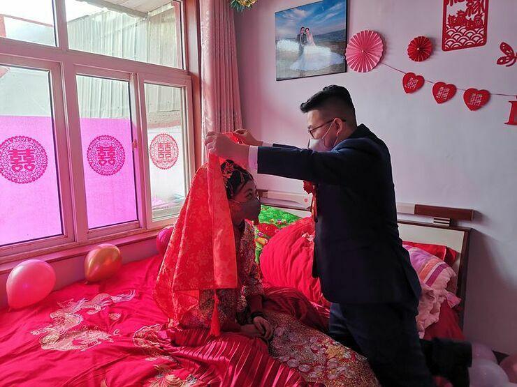 Đám cưới mùa dịch Corona: Không một khách mời, nghi thức đúng 2 phút, chú rể không biết cô dâu đánh màu son gì-2