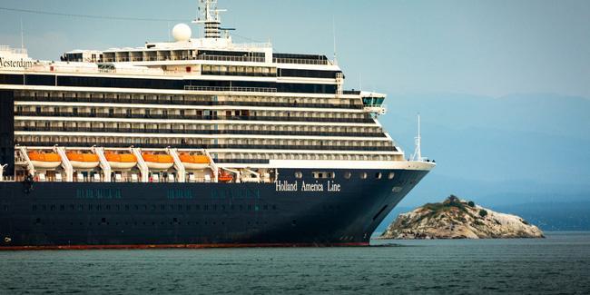 Bị 4 nước không cho cập cảng, lênh đênh trên biển suốt 2 tuần vì nỗi lo virus Covid-19, hành khách trên một du thuyền khác cầu cứu trong tuyệt vọng-1