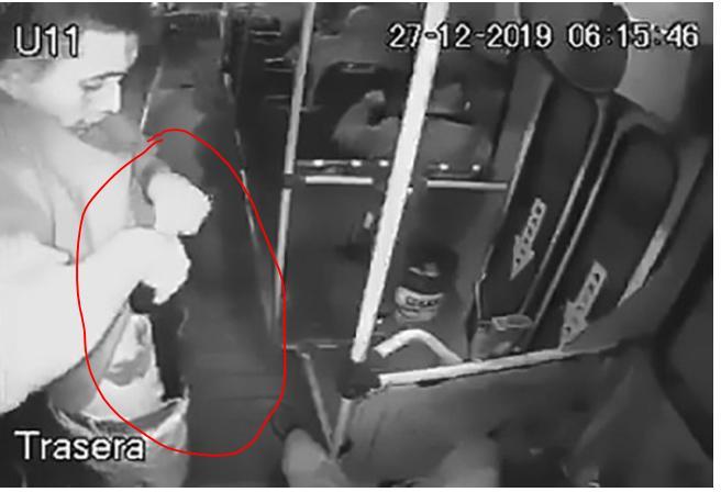 Clip: Loay hoay rút súng ra khỏi quần, tên cướp tự bắn gục mình trên xe bus-1