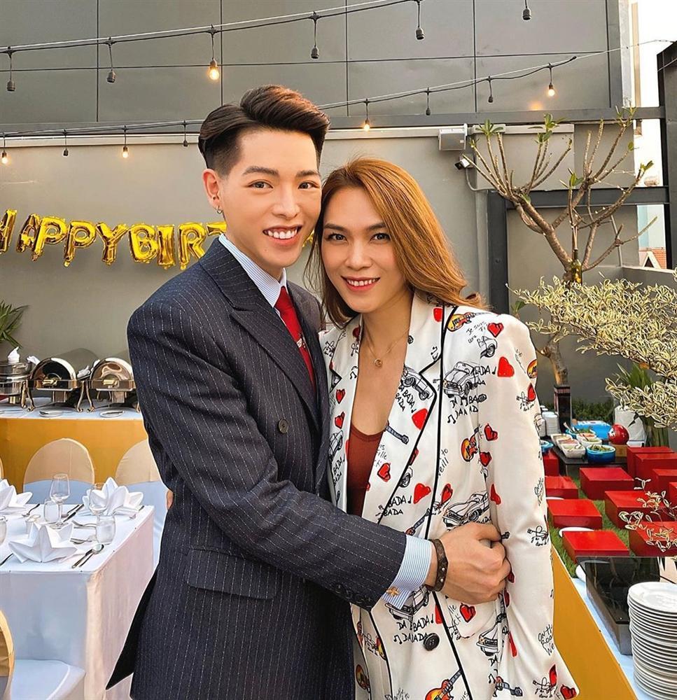 Chụp hình cùng Hương Giang, mặt Đức Phúc nhọn hoắt vượt cả tầm V-line hơn hoa hậu-6