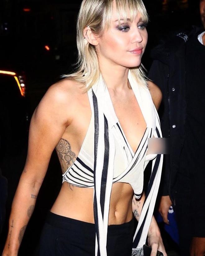 Miley Cyrus lộ vòng một trước ống kính-1
