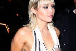 Miley Cyrus lộ vòng một trước ống kính