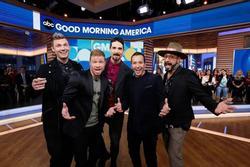 Nhóm nhạc huyền thoại Backstreet Boys giúp fan cầu hôn