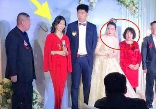Đưa ánh mắt hình viên đạn nhìn mẹ chồng trong ngày cưới, cô dâu khiến ai cũng tò mò nguyên nhân-1