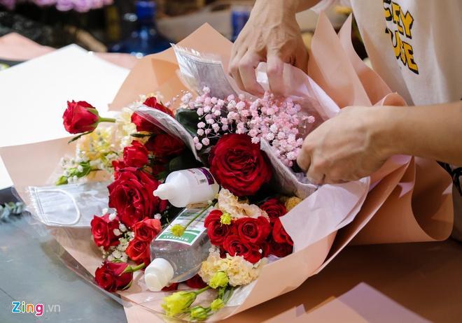 Bó hoa làm từ khẩu trang, nước rửa tay hơn 500.000 đồng mùa Valentine-1