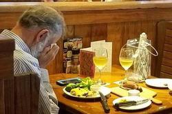 Bức ảnh tình yêu bất tử ngày Valentine: 2 ly rượu vang và một người đàn ông khóc