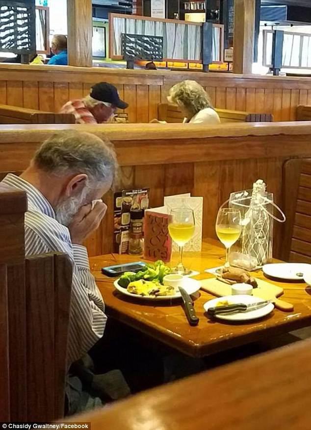 Bức ảnh tình yêu bất tử ngày Valentine: 2 ly rượu vang và một người đàn ông khóc-1
