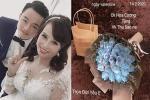 Đúng Valentine, cô dâu 63 tuổi ở Cao Bằng khoe được chồng trẻ tặng hoa... đồng tiền