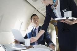 Tránh uống trà và những chú ý khi đi máy bay