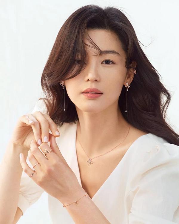 Cư dân mạng điên đảo trước nhan sắc xinh đẹp của mợ chảnh Jun Ji Huyn trong chiến dịch thời trang mới-2