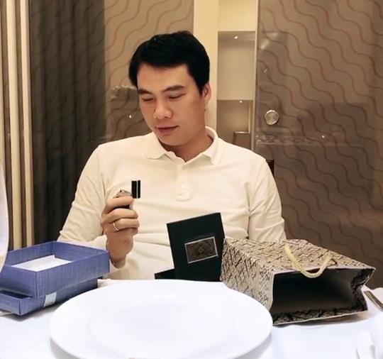 Bóc quà Valentine của Á hậu Thanh Tú, chồng đại gia bất ngờ với món đồ bé tẹo-3