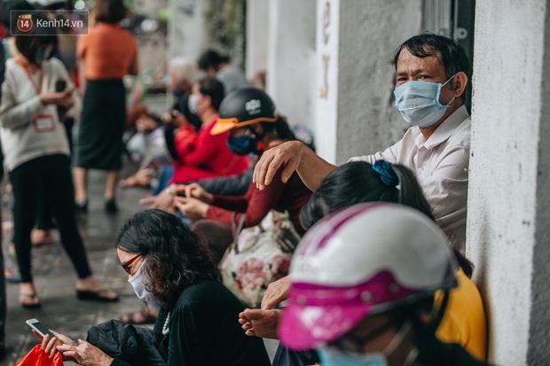 Người Hà Nội rồng rắn hết cả con phố, đợi nhận tem phiếu để mua khẩu trang vải sử dụng 30 lần-11