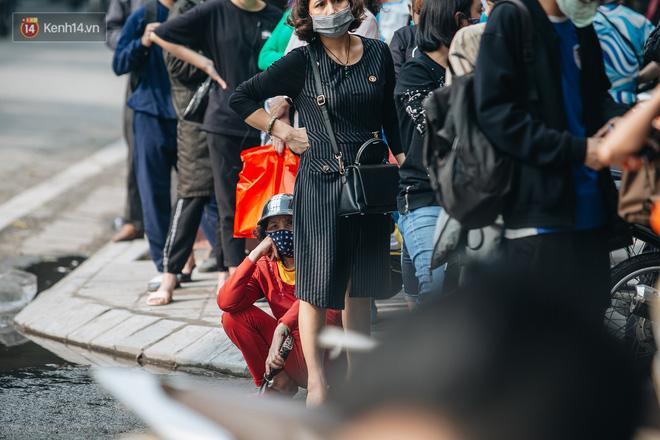 Người Hà Nội rồng rắn hết cả con phố, đợi nhận tem phiếu để mua khẩu trang vải sử dụng 30 lần-7