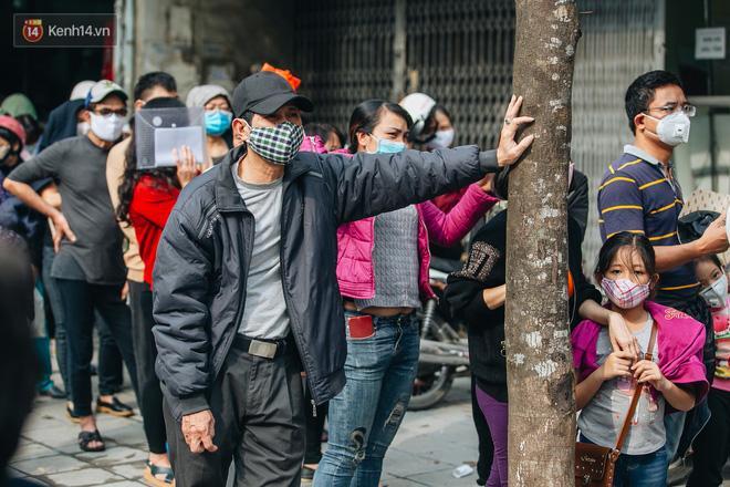 Người Hà Nội rồng rắn hết cả con phố, đợi nhận tem phiếu để mua khẩu trang vải sử dụng 30 lần-6