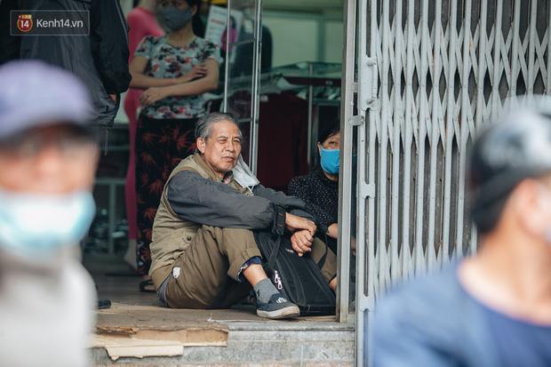 Người Hà Nội rồng rắn hết cả con phố, đợi nhận tem phiếu để mua khẩu trang vải sử dụng 30 lần-8