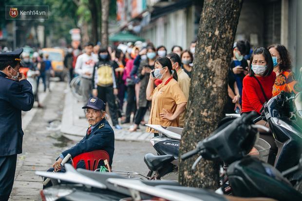 Người Hà Nội rồng rắn hết cả con phố, đợi nhận tem phiếu để mua khẩu trang vải sử dụng 30 lần-9