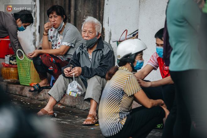 Người Hà Nội rồng rắn hết cả con phố, đợi nhận tem phiếu để mua khẩu trang vải sử dụng 30 lần-5