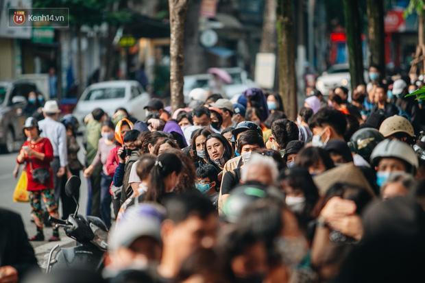 Người Hà Nội rồng rắn hết cả con phố, đợi nhận tem phiếu để mua khẩu trang vải sử dụng 30 lần-23