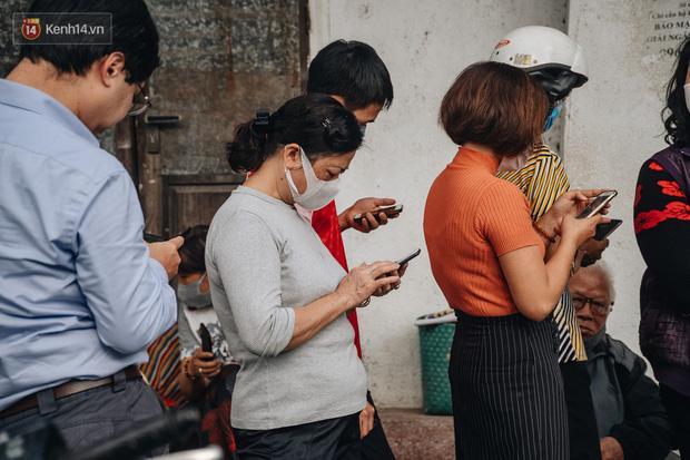 Người Hà Nội rồng rắn hết cả con phố, đợi nhận tem phiếu để mua khẩu trang vải sử dụng 30 lần-10