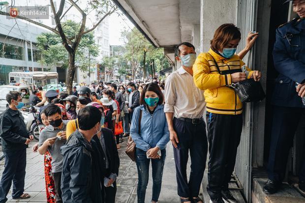 Người Hà Nội rồng rắn hết cả con phố, đợi nhận tem phiếu để mua khẩu trang vải sử dụng 30 lần-22