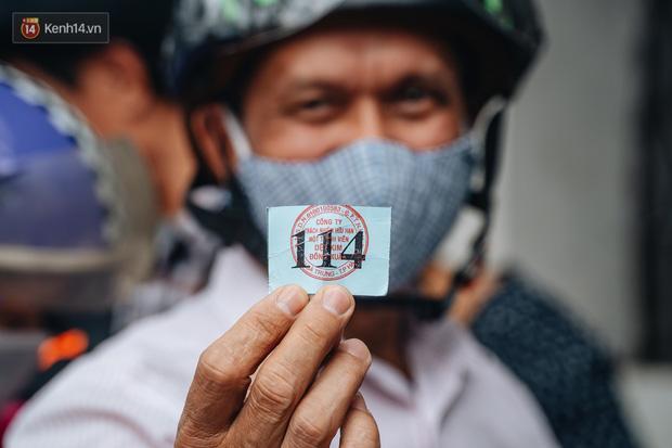 Người Hà Nội rồng rắn hết cả con phố, đợi nhận tem phiếu để mua khẩu trang vải sử dụng 30 lần-13