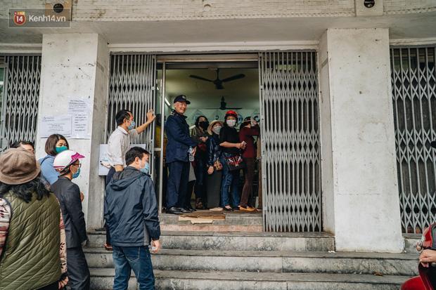 Người Hà Nội rồng rắn hết cả con phố, đợi nhận tem phiếu để mua khẩu trang vải sử dụng 30 lần-15