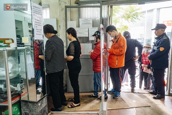Người Hà Nội rồng rắn hết cả con phố, đợi nhận tem phiếu để mua khẩu trang vải sử dụng 30 lần-18