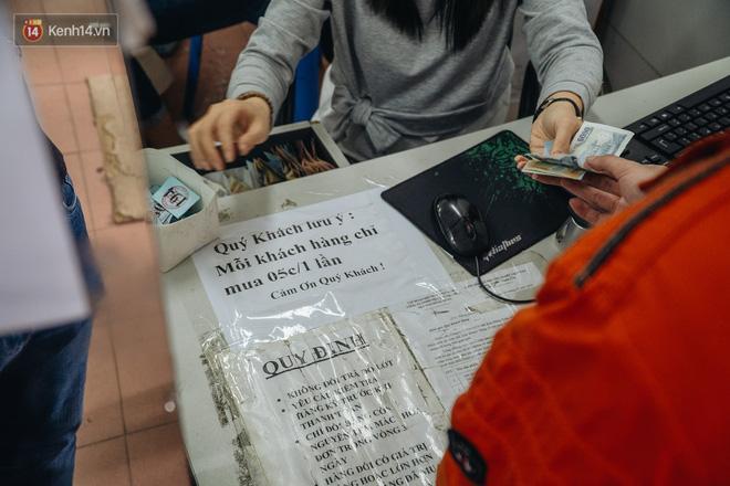 Người Hà Nội rồng rắn hết cả con phố, đợi nhận tem phiếu để mua khẩu trang vải sử dụng 30 lần-17