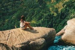 Bơi trên đỉnh thác cao 235 m ở Sri Lanka